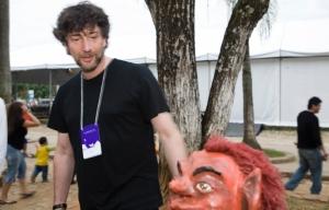 Neil Gaiman observa escultura de um Curupira na FLIP (foto de Ana Ottoni/UOL)