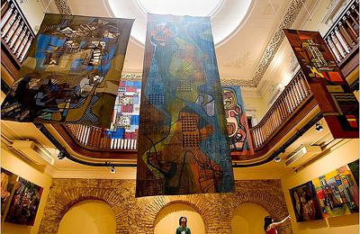 painéis de pintura sobre tecido na bela sala dos archeiros