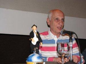 Ocelot fala sobre seus filmes ao lado do prêmio especial do Anima Mundi