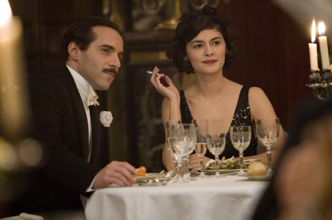 Chanel (Audrey de pretinho básico) e Boy Capel (Alessandro Nivola)