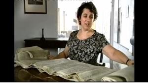 Professora Anne Curry desenrola a lista de combatentes dos exércitos inglês e francês.