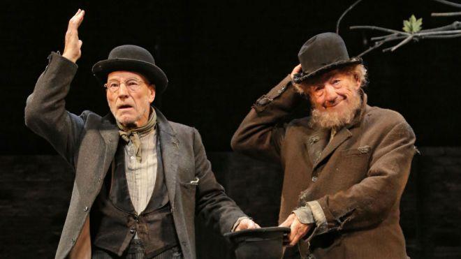 Patrick Stewart (Vladimir) e Ian McKellen (Estragon) em Esperando Godot